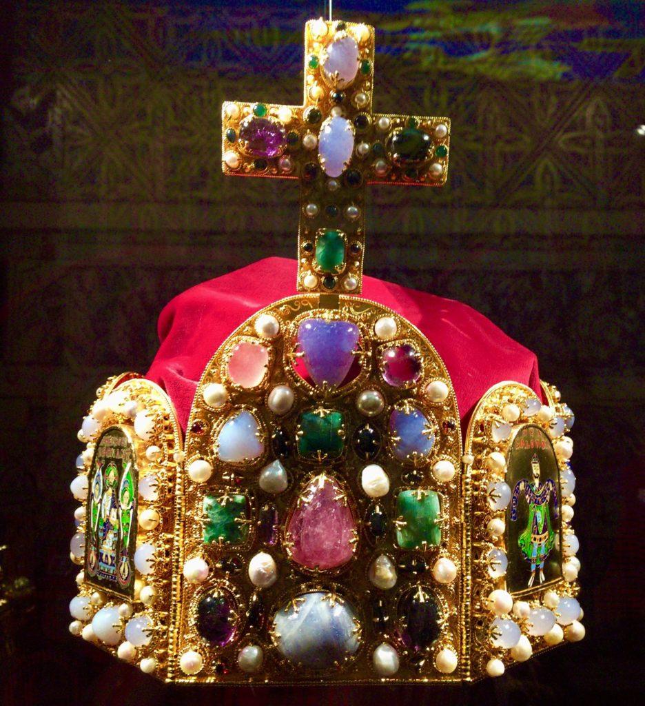 「帝国宝物」の1つである、神聖ローマ帝国皇帝の冠(Die Reichskrone)。この写真はレプリカの展示物を撮影したもの。